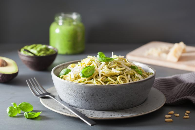 Spaghetti makaron z avocado basilu pesto kumberlandem fotografia royalty free