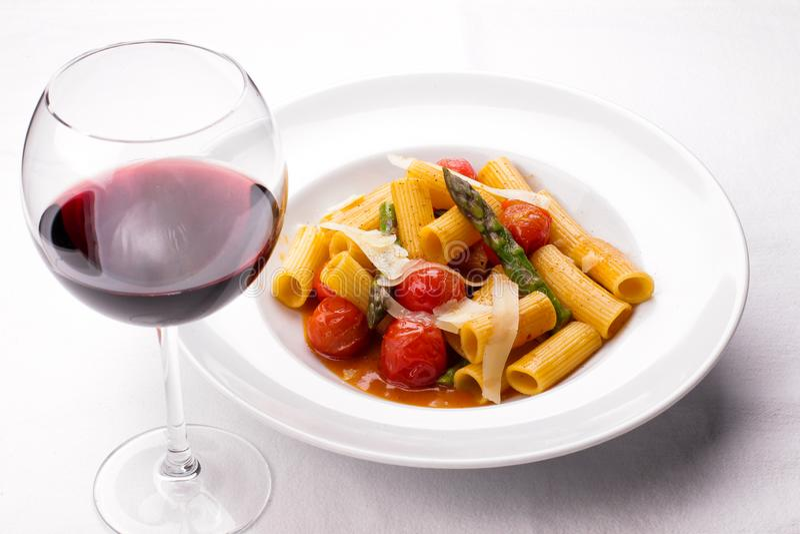 Spaghetti makaron z Pomidorowym kumberlandem, serem i basilem, zdjęcie stock