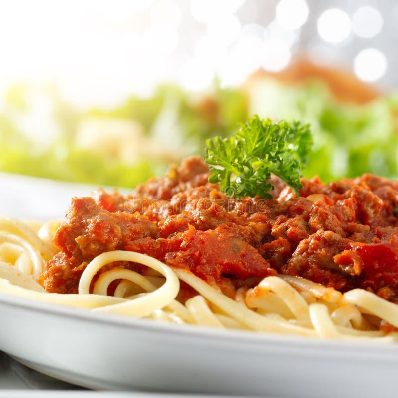 Spaghetti makaron z pomidorowym wołowiny kumberlandem z obiektywem f fotografia stock