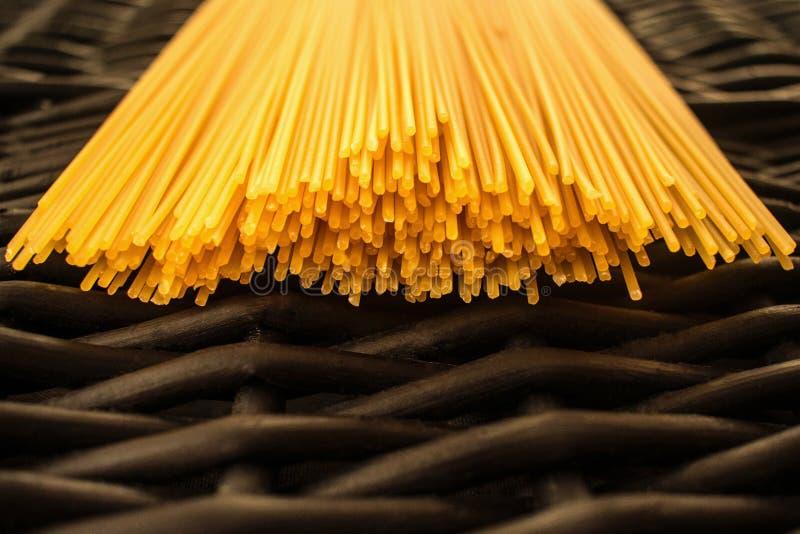 Spaghetti makaronu surowy czarny tło obrazy royalty free