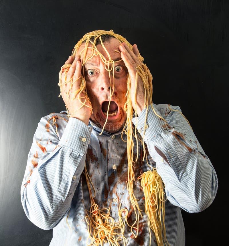 Spaghetti mangeurs d'hommes avec la sauce tomate dans la tête photo libre de droits