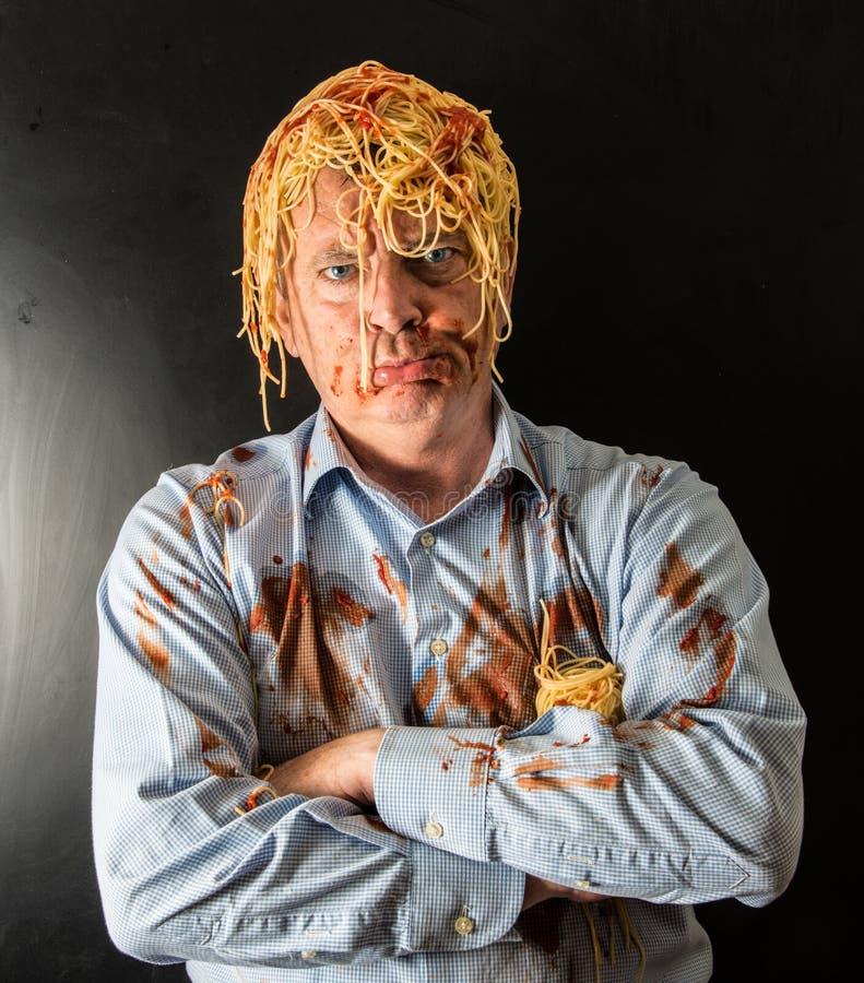 Spaghetti mangeurs d'hommes avec la sauce tomate dans la tête image stock