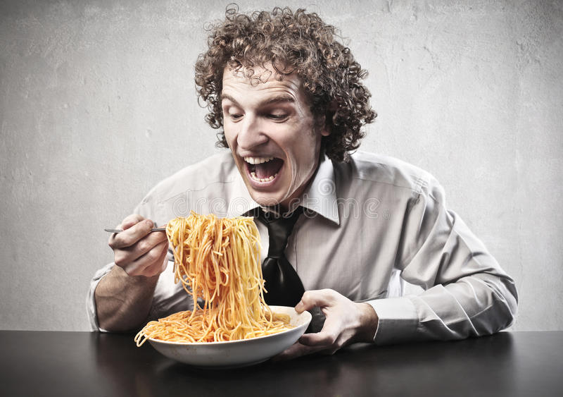 Spaghetti mangeurs d'hommes heureux photographie stock