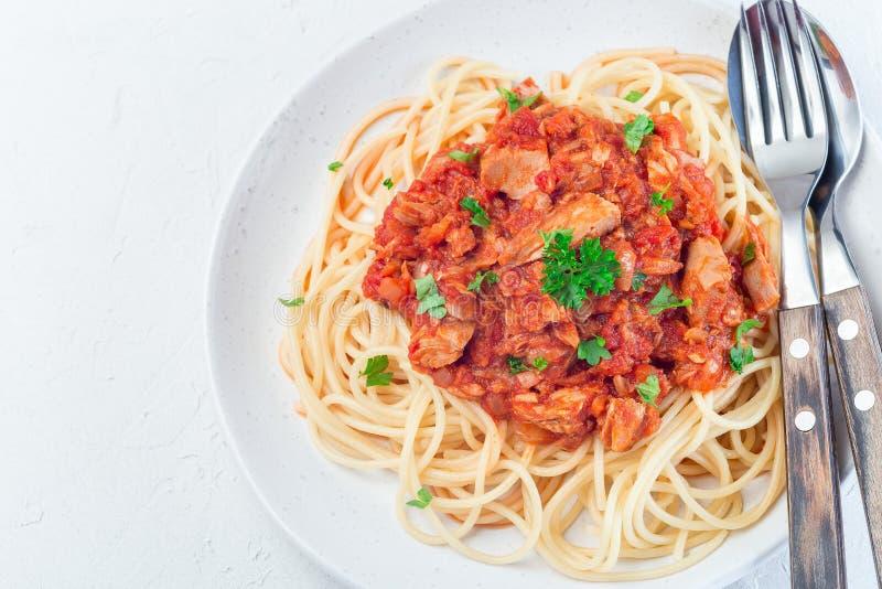 Spaghetti med tonfisk- och tomatbassås, som är täckt med persilja, horisontell, översiktlig, kopieringsutrymme, stängning royaltyfria bilder