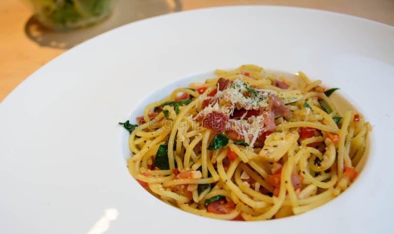 Spaghetti met bacon, tomaat en Spaanse pepers stock foto's