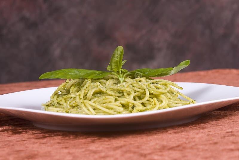 Spaghetti met basilicumpesto royalty-vrije stock fotografie