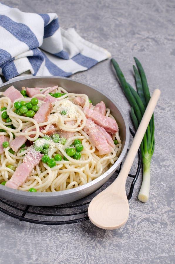 Spaghetti met gebraden bacon stock fotografie