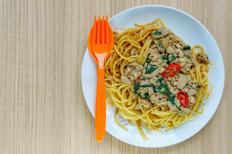 Spaghetti met gehakt en groenten op een plaat royalty-vrije stock afbeelding