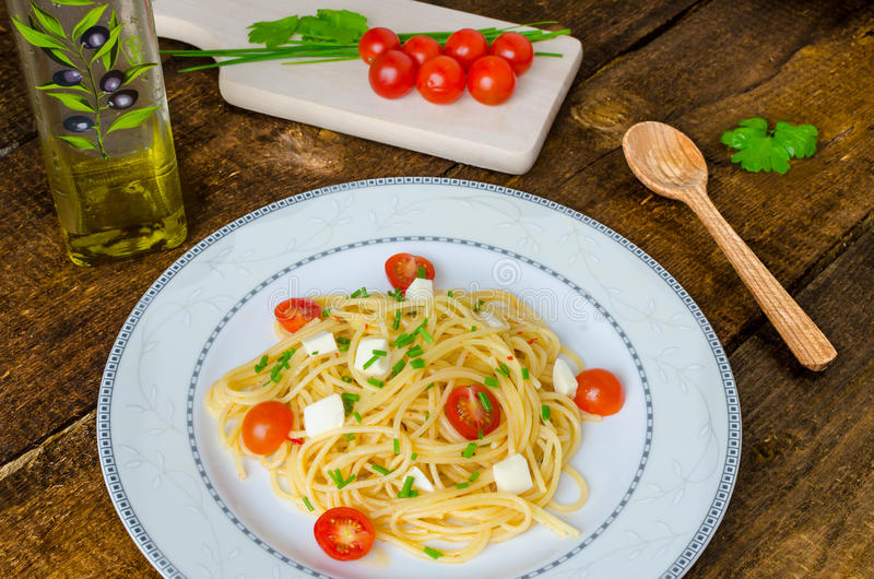 Spaghetti met kersentomaten en mozarella stock afbeeldingen