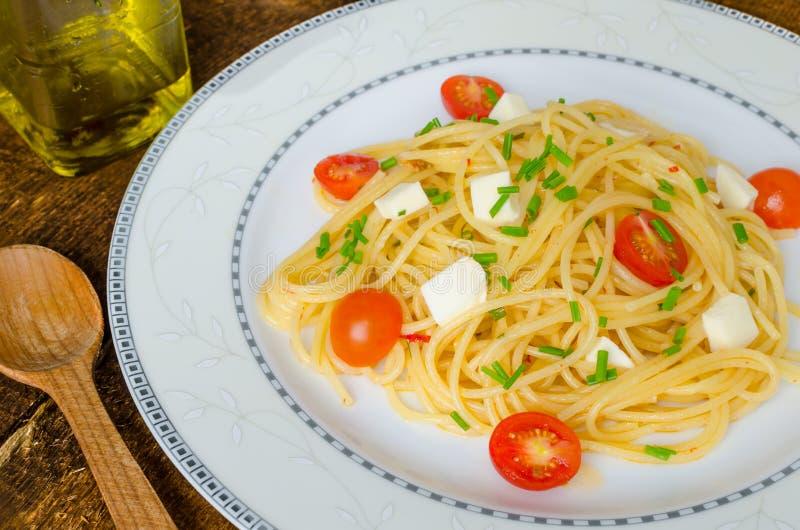 Spaghetti met kersentomaten en mozarella royalty-vrije stock foto