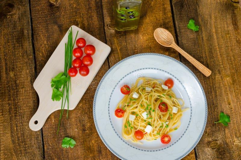 Spaghetti met kersentomaten en mozarella stock foto's