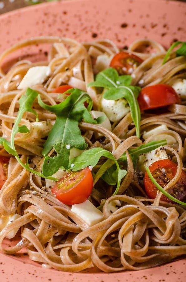 Spaghetti met mozarella, kersentomaten en arugula royalty-vrije stock fotografie
