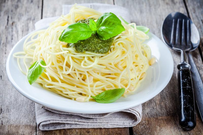 Spaghetti met pestosaus en basilicum stock foto