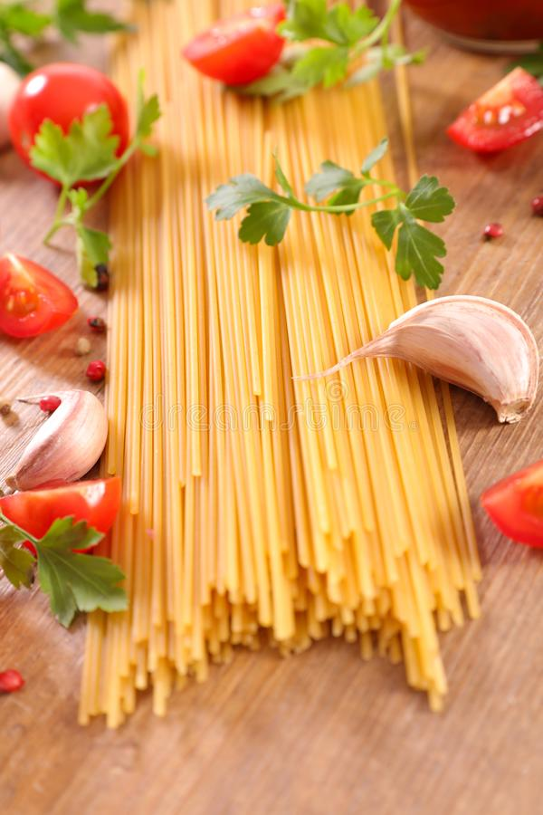 Spaghetti met tomaat, peterselie en knoflook royalty-vrije stock afbeelding