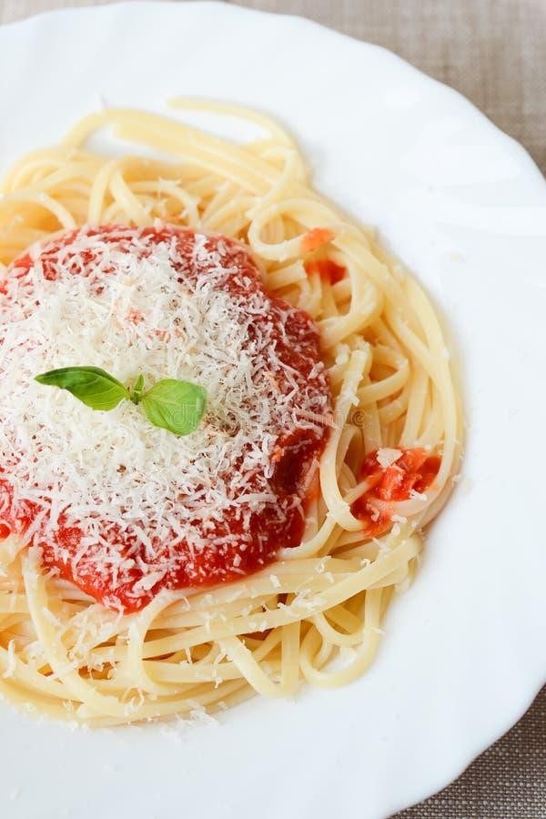 Spaghetti met tomatoesaus en parmezaanse kaas stock afbeeldingen