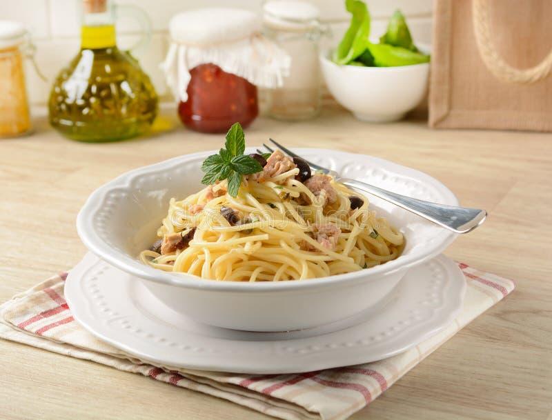 Spaghetti met tonijn, kappertjes en zwarte olijven stock afbeeldingen