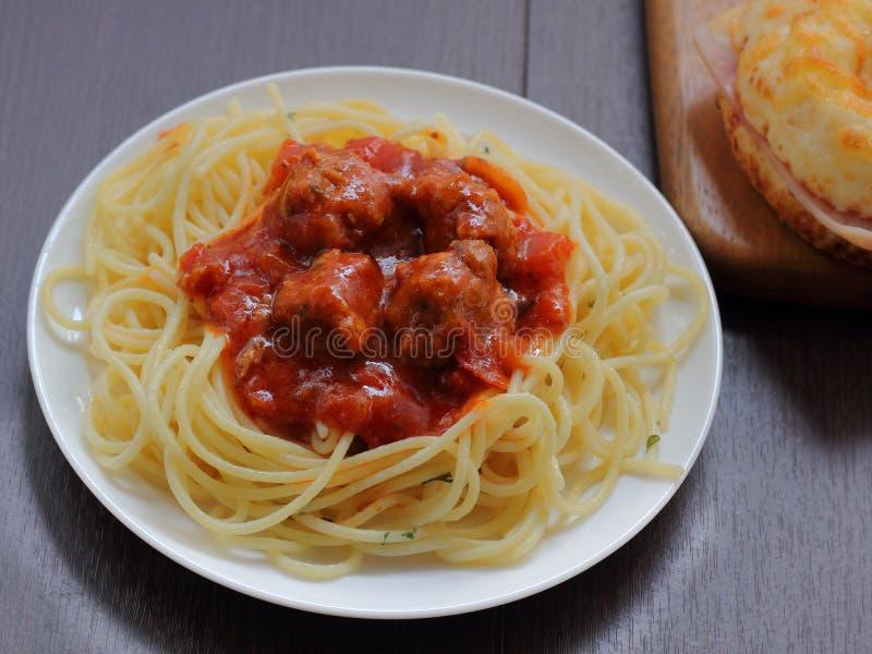 Spaghetti met varkensvleesbal op bovenkant stock afbeeldingen