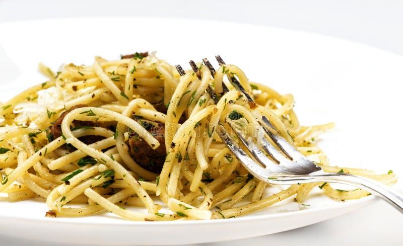 Spaghetti met vlees, kruiden en kaas stock fotografie