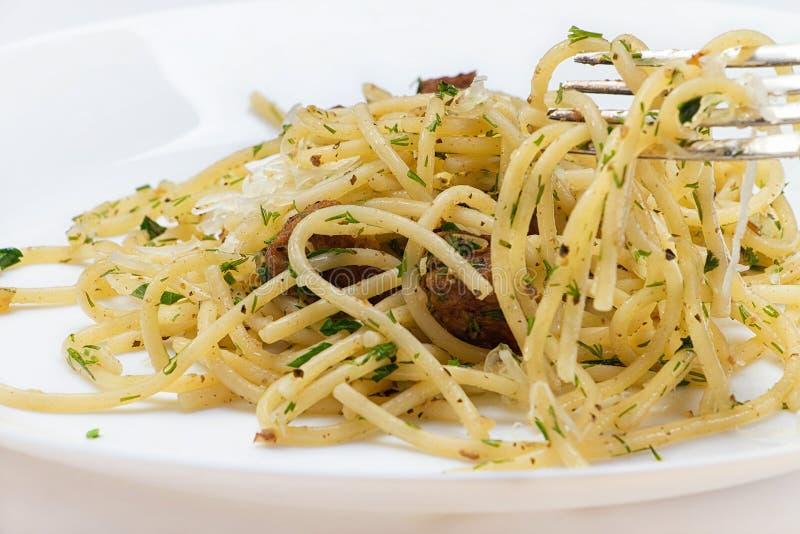 Spaghetti met vlees, kruiden en kaas royalty-vrije stock foto