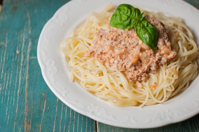 Spaghetti met vleessaus op houten achtergrond royalty-vrije stock afbeeldingen