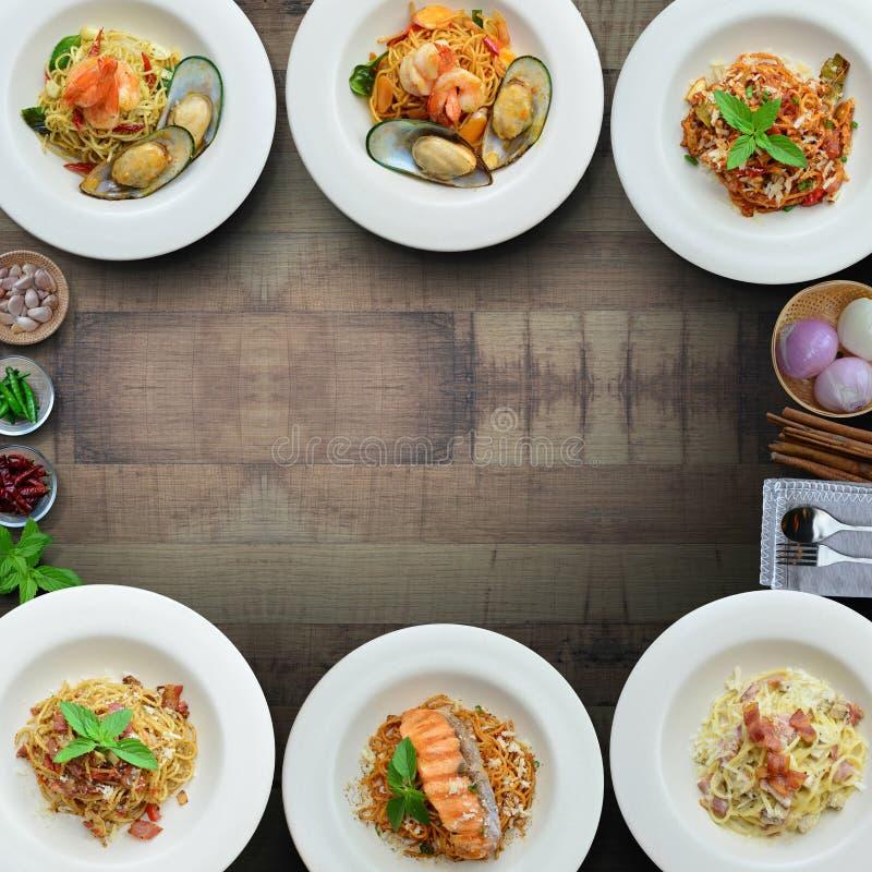Spaghetti misti sulla tavola marrone immagine stock