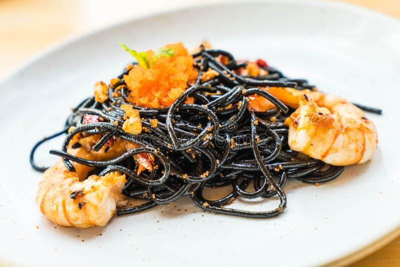 spaghetti neri con gamberetto fotografie stock