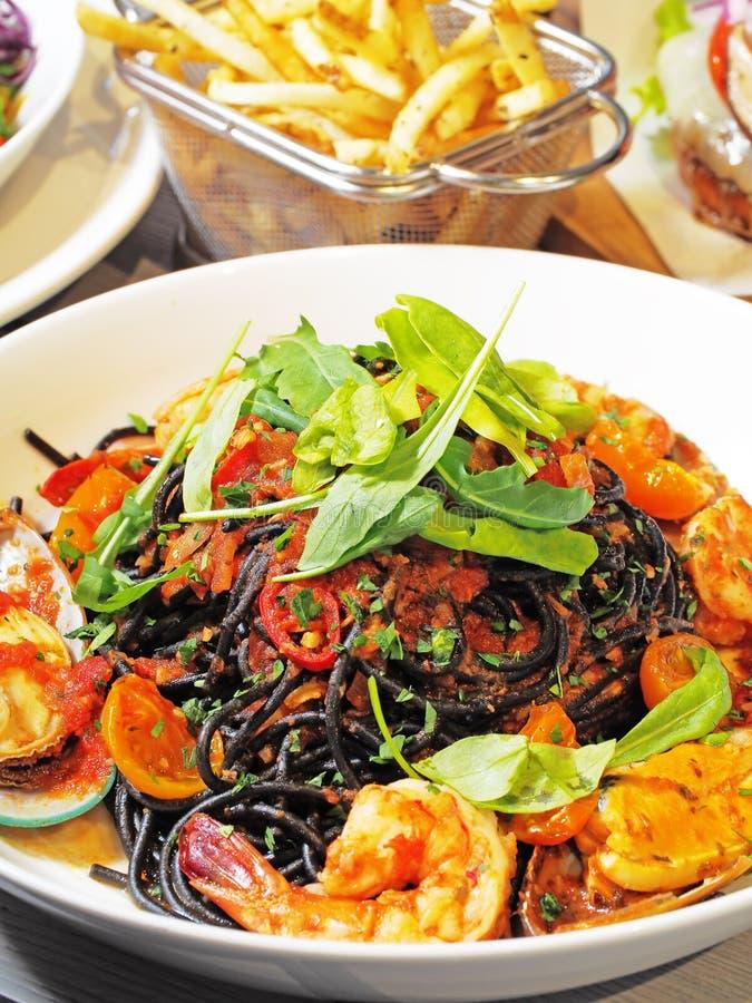 Spaghetti neri con gamberetto, cozze fotografia stock