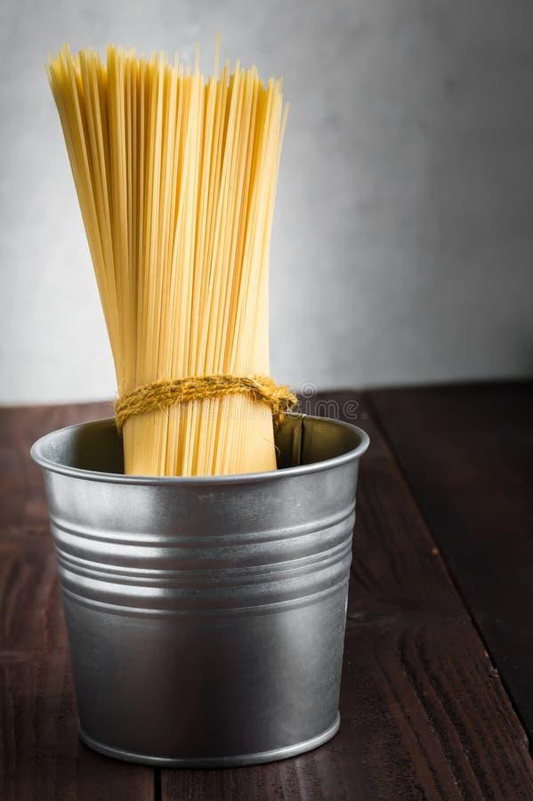 Spaghetti ongekookt in emmer stock foto's