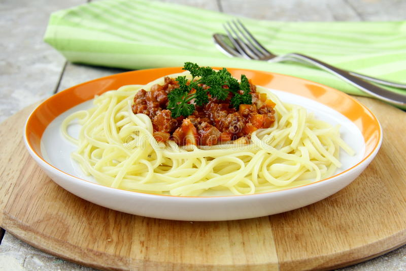 Spaghetti op een plaat stock afbeeldingen