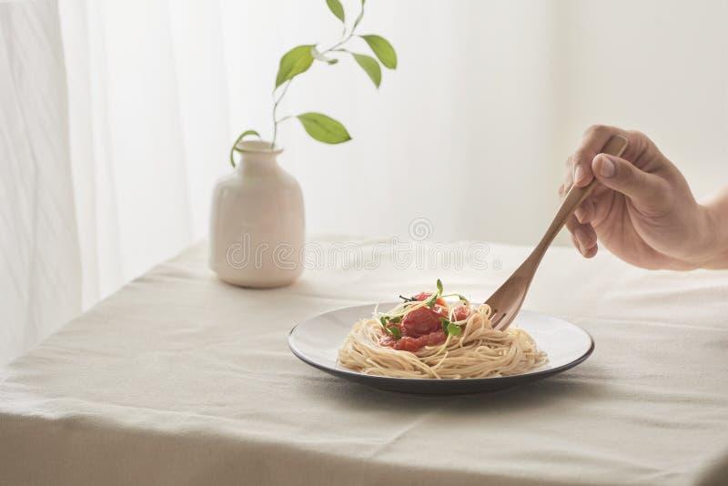 Spaghetti op een vork Deegwaren met verse tomaten en kruiden royalty-vrije stock afbeelding