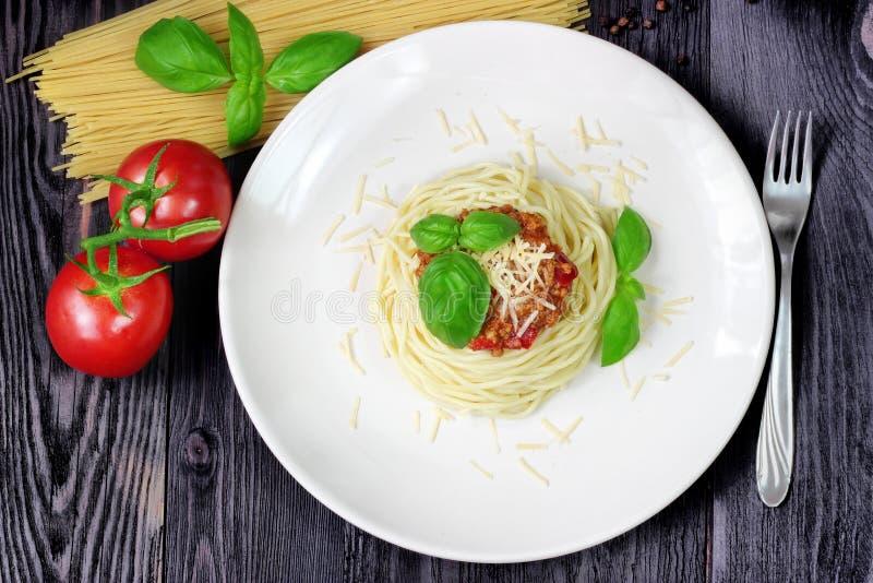 Spaghetti op witte plaat met deegwaren en tomaten royalty-vrije stock afbeelding
