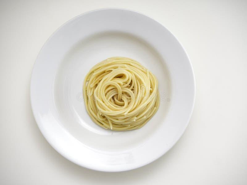 spaghetti, pâtes de plat sur le fond blanc image libre de droits