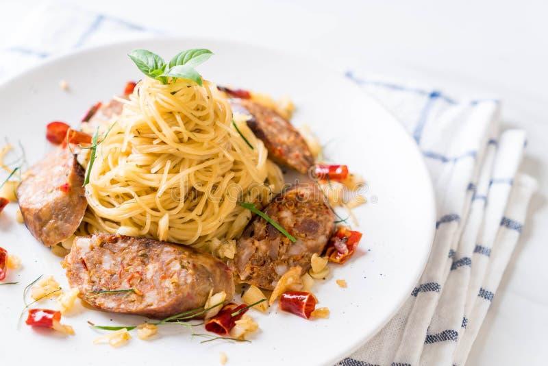 Spaghetti in padella con Sai Aua (salsiccia piccante tailandese di Notrhern immagine stock