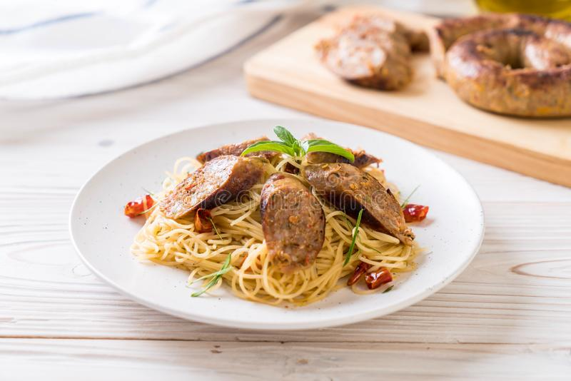 Spaghetti in padella con Sai Aua (salsiccia piccante tailandese di Notrhern fotografia stock libera da diritti