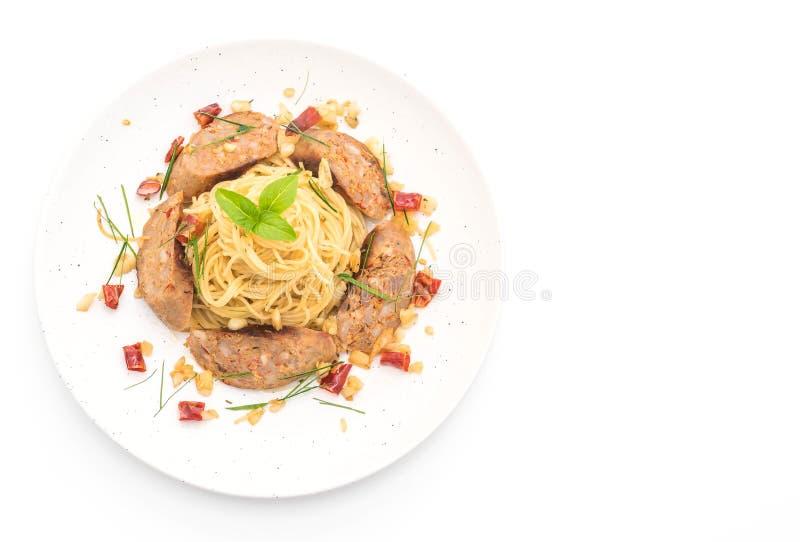 Spaghetti in padella con Sai Aua (salsiccia piccante tailandese di Notrhern fotografia stock