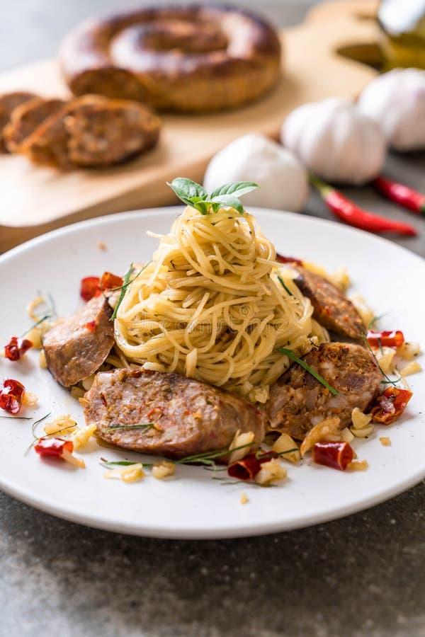 Spaghetti in padella con Sai Aua (salsiccia piccante tailandese di Notrhern fotografie stock