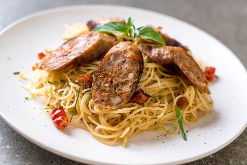 Spaghetti in padella con Sai Aua (salsiccia piccante tailandese di Notrhern immagine stock libera da diritti
