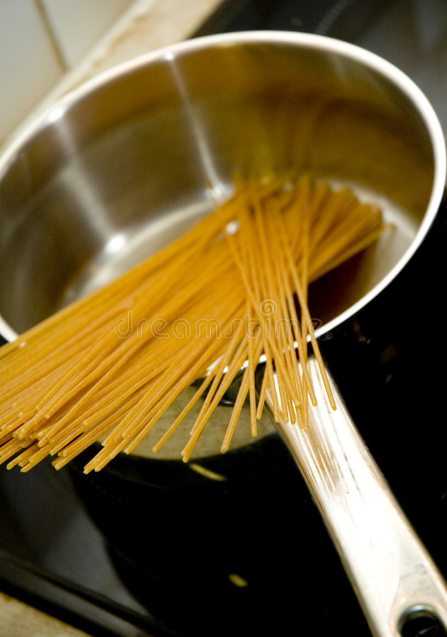 Spaghetti in pan royalty-vrije stock foto's