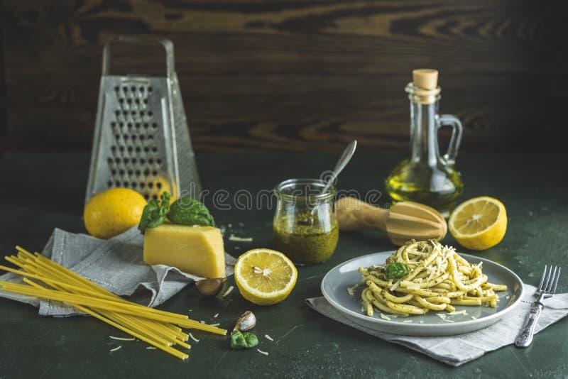 Spaghetti pasta bucatini con salsa de pesto y parmesano Pastas tradicionales italianas de pasta con salsa de pesto genovesa en pl fotografía de archivo
