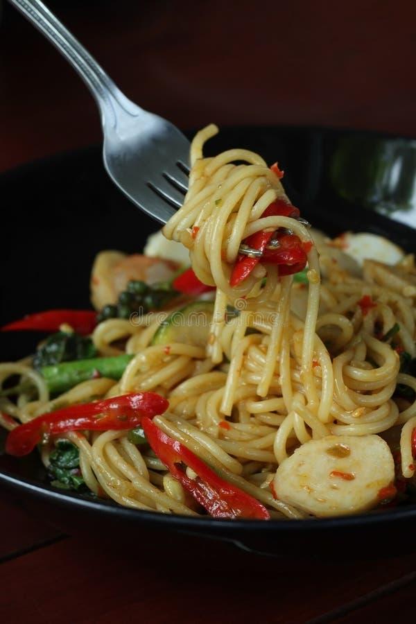 Spaghetti piccanti con i molti genere di erbe fotografie stock