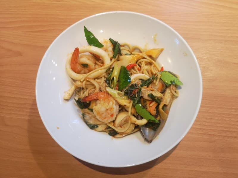 Spaghetti piccanti con il gamberetto e la cozza dei frutti di mare fotografie stock libere da diritti