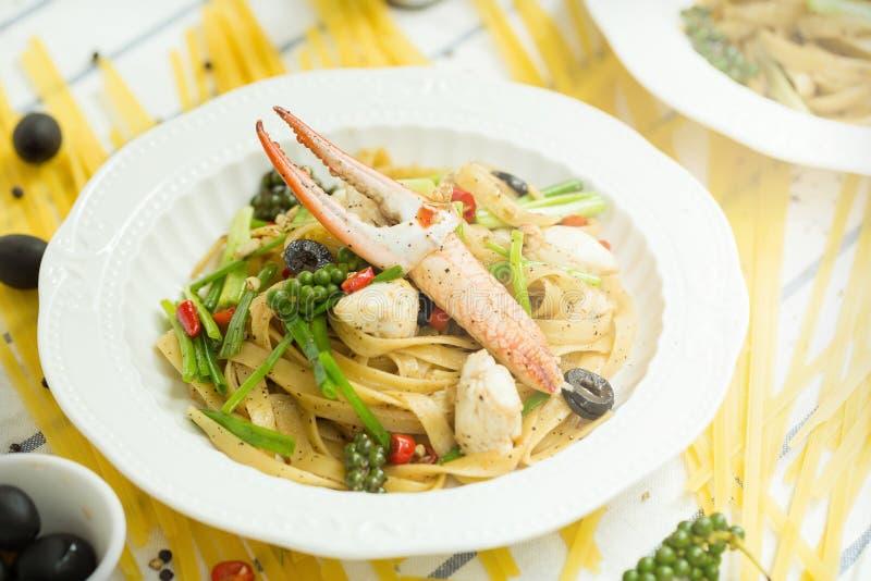Spaghetti piccanti dei frutti di mare su un piatto ceramico bianco fotografia stock libera da diritti