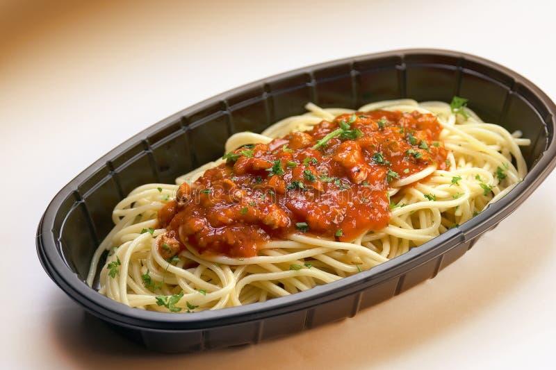 spaghetti plastikowa taca zdjęcia stock