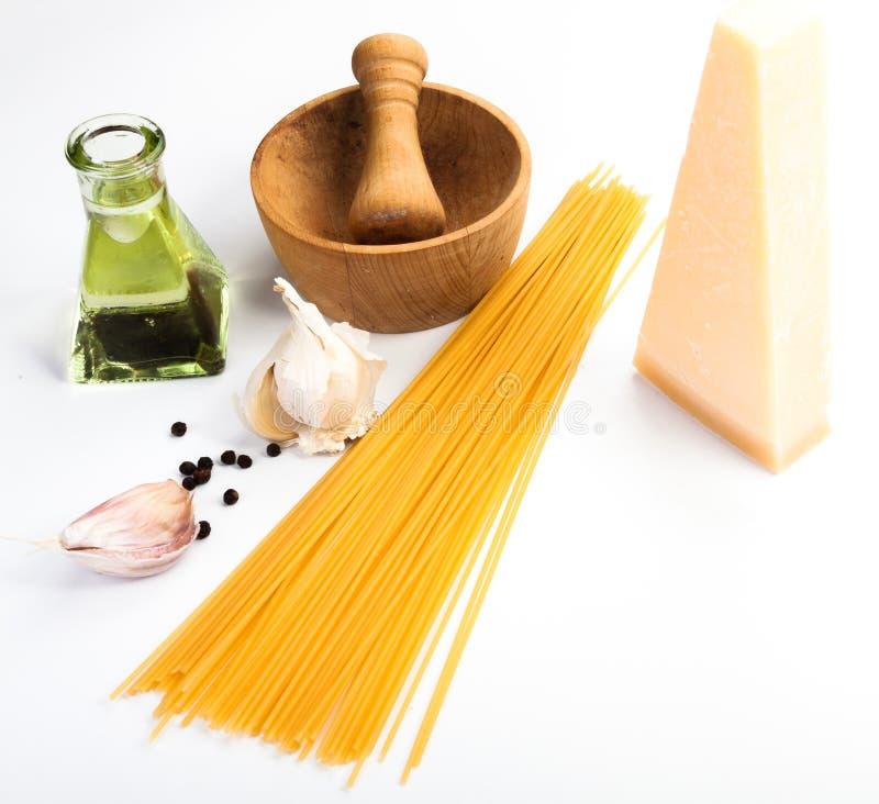 Spaghetti składniki na białym tle fotografia royalty free