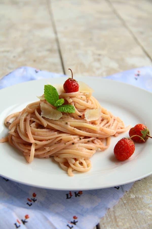 Spaghetti su una zolla fotografie stock