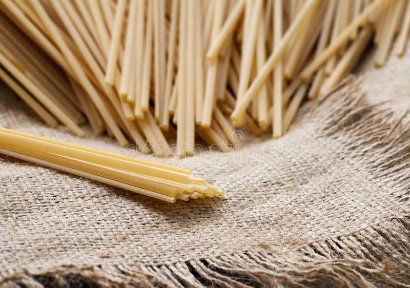 Spaghetti sur la toile à sac photographie stock libre de droits