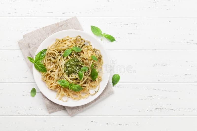 Spaghetti-Teigwaren mit Pesto-So?e lizenzfreie stockbilder