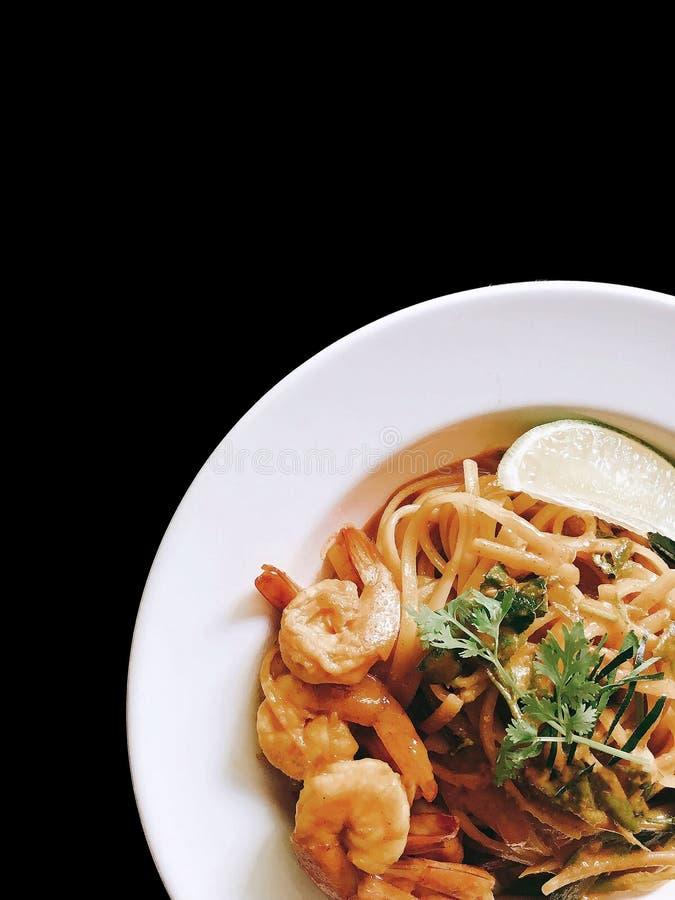 Spaghetti-Tom Yum-kung auf Schwarzem lokalisiert stockbild