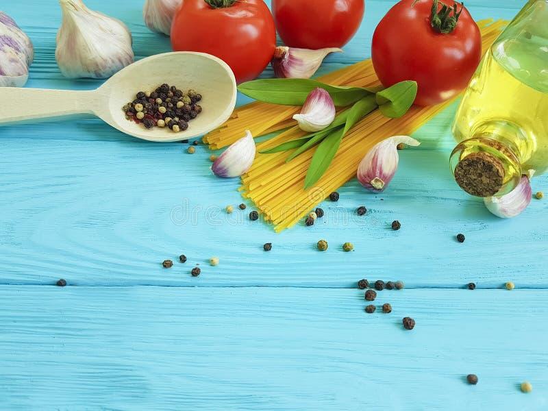 Spaghetti, tomate, ail, cuisine de frontière de fromage sur un Italien en bois de cuisine de dîner de menu de cuisine de fond images stock