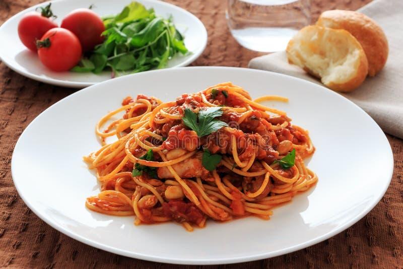 Download Spaghetti tomatosauce obraz stock. Obraz złożonej z naczynie - 53783361